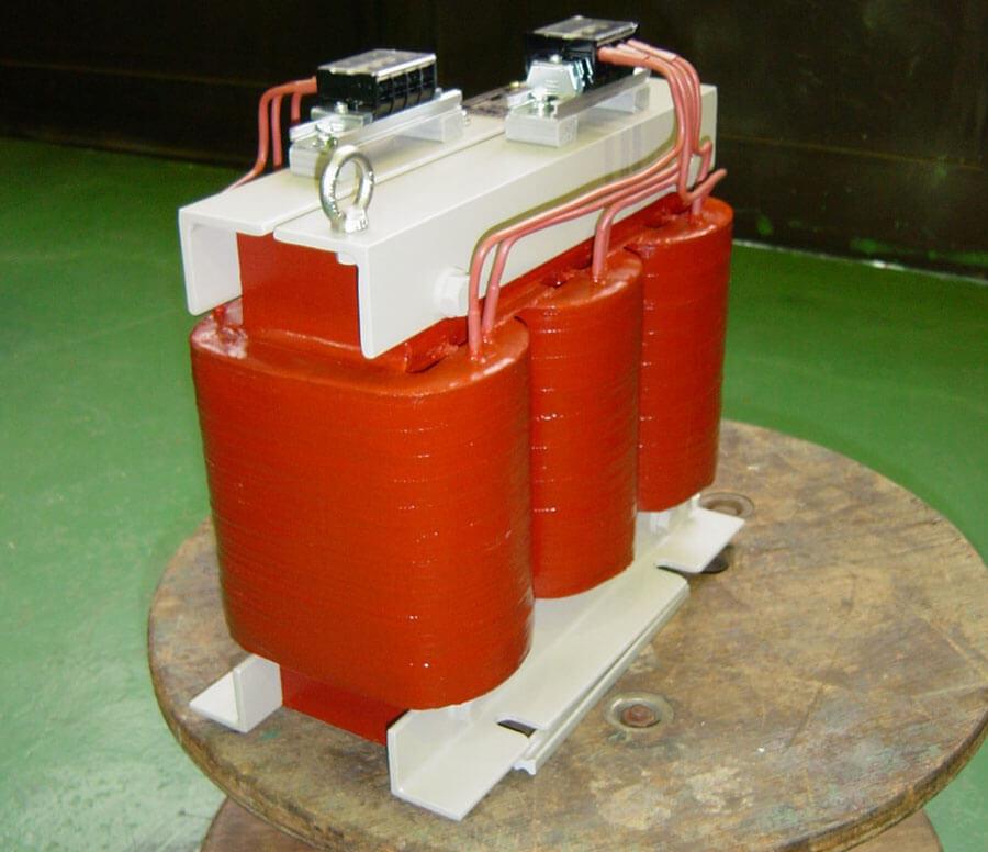 不燃性の絶縁材を使用した三相モールドトランス